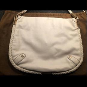 Utrolig flot Gucci skuldertaske i blødt læder med gylden hardware.   Mål: 30 x 34cm  Ganske lette brugsspor, nærmest ikke til og få øje på.