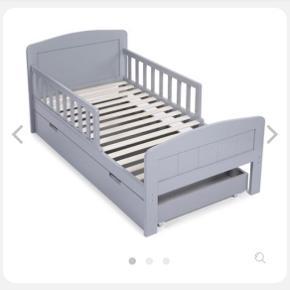 Sælger denne juniorseng med sengeskuffe. Sengen er 1 år gammel og har få brugsspor.  Sengemål: 70 x 140 cm. Skuffe: B139 x D69,6 x H17,8 cm. Np. 2049 kr.  Sælges for 1000 ☺️