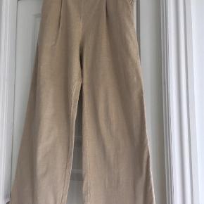 Sandermann, bæredygtigt mærke  Lækre bukser med vidde i tynd, blød babyfløjl med let stretch. Nyprisen er 1400,-  Bytter ikke.