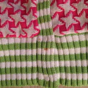 Smart MOLO uld jakke Farve: pink, hvid og grøn Oprindelig købspris: 800 kr.  Super fed og smart uld jakke fra Molo. der er pink bomuldsfór i, og den er virkelig smart. Den har højest været på et par gange. MEN desværre er der pletter nede i ribben foran. Den er ikke blevet vasket, da den skal renses, så pletterne er aldrig prøvet fjernet.... derfor har jeg sat prisen billigt, så næste ejer kan prøve sig frem. Pris : 75 kr pp