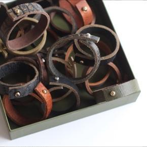 Læder armbånd. Eget design.  Fås både med guld og sølvfarvet lås.  Flere forskellige størrelser.  1 stk 20,- 5 stk 50,-