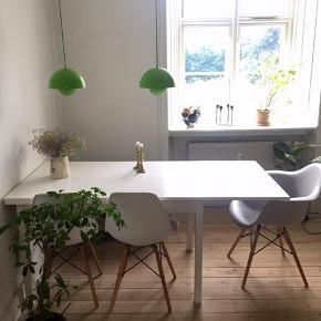 Fint hvidmalet teaktræsbord med hollandsk udtræk. Måler 120x80 og kan blive 210, når begge plader trækkes ud. Har lille skramme, der nemt kan dækkes med maling.  Skal afhentes på Nørrebro