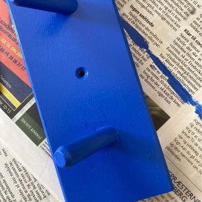 Helt ny koboltblå træ- og metalmaling fra Røverkøb. 0,65 l. Der er brugt en lille sjat til at male en knagerække. Se andet billede for at se farven. Nypris 270.  Kan afhentes på Frederiksberg eller Østerbro 🌞