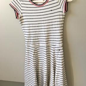 Varetype: Kjole Farve: Hvid  Flot, sporty kjole fra Tommy Hilfinger. Sidder til i det øverste stykke og har let A-form nederst. Er str. 164,  en lille i størrelsen, nok mere str. 12-13 år