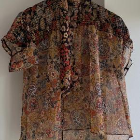 Fin t-shirt, som også kan passes af en medium ✨
