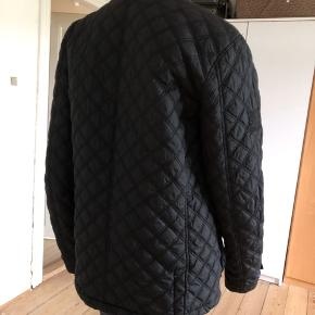 Letvægt quilted jakke fra Superdry. Brugt, ikke som ny, men fejler intet. Ingen slidt, huller eller pletter. Rent og pænt.  Str M.  Byttes ikke.