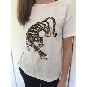 T-shirt fra Envii med Tiger tryk af Stine Hvid. Kan passes af str. X-small og Small
