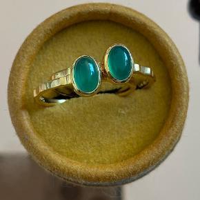 To 18 karats guldbelagte ringe fra Pernille Corydon med grøn Kvarts sten, str.52 og str.55, uden brugstegn. 180kr stk eller begge for 320kr