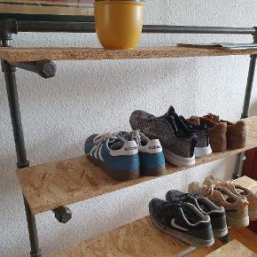 Smart entreøbel i industrielt look. Perfekt til fx sko, nøgler, breve mv. Kan selvfølgelig også bruges som normal reol. Har fine detaljer.   Er bygget med sorte vandrør, materialerne har en værdi af ca 2000 kr. Træpladerne kan selvfølgelig skiftes ud efter den stil der ønskes.  Mål: D: 42 H: 125 B: 108  Hylder: 110x21,5 de tre nederste virker meget bredere da der er masser af plads til fx skosnuder. 32cm i højden mellem hver hylde.  Fast pris. Kan afhentes i KBH NV.