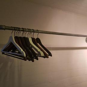 Garderobe,   2x2m jernrør med vægbeslag, 1 ben h 160 cm.. Sælges uden bøjler