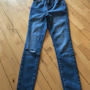Helt nye denim jeans fra Gina Tricot, str. 36 og hul på det ene knæ