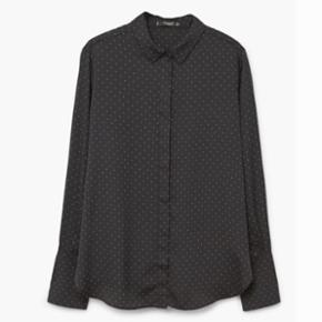 Fin skjorte fra Mango str. S. Aldrig brugt. Sælges for 180kr eksklusiv eventuel forsendelse.