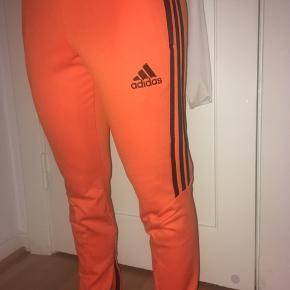 Stadig lækre - retro style Adidas. Orange🦁 lynlås i ben fungere fint. Elastik og snor i talje #30dayssellout