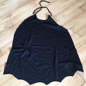 4 Slag kappe Forskellige slags  Zorro Batman helt  Str 2-3  Str 3-6 Str 3-6 Str 3-6  Udklædning Halloween kostume fastelavn Pris pr stk  Sender gerne