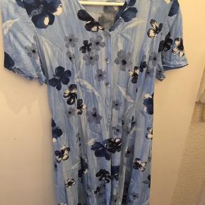 Smuk og sommerfin kjole med knapper hele vejen ned. Købt i genbrugsbutik, uden skader eller lignende - rigtig flot stand. Mærket er klippet ud men størrelsen svarer til en M 🌸