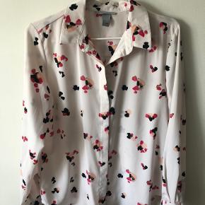 Blomstret lyserød/rosa skjorte fra H&M   Almindelig pasform  Knapper ned langs forsiden  Krøller ikke efter vask  Str. 36 / S