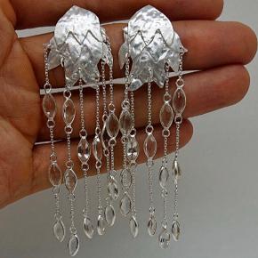 De mest fortryllende helt unikke speciallavede øreringe fra JEWLSCPH i sølv og ægte topaz. Så smukke!  Ingen brugstegn. Nypris var 5000 kr  Den oplagte julegave til din kæreste, mor, søster eller dig selv.