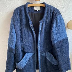 Sælger denne lækre blå 💙overgangs jakke i super  kvalitet  fra IRO  (Str.38 men lille 40 vil også kunne passe den) 550,-  Der er side lommer og lynlås  Bemærk skal afhentes i Lystrup eller Aarhus C🌿