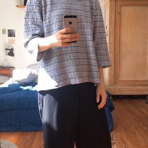 Fin stribet bluse fra ukendt mærke. Kender ikke størrelsen, men vil tro det er en M. Ses her på str S.