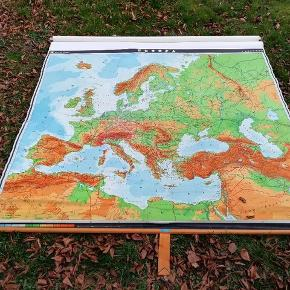 🌏 Originale skolekort / landkort over Europa fra 60/70'erne i kraftig kvalitet med læderstrop. Har ca 3 stk af hver.  Kortene er utrolig flotte med patina, hvilket ikke kan undgåes efter så mange år. Dette tilføjer dog kun endnu mere charme til de unikke retro kort.  Udover Europa har jeg også Danmarks kort.  Måler 160 x 200   🌻 VERDENSKORTET SÆLGES IKKE. DET ER BLOT TIL INSPIRATION :)    🌻 Prisen er FAST  🌿 Ønsker kun seriøse henvendelser, tak 🤗   🌏Kan afhentes og ses på ydre Nørrebro