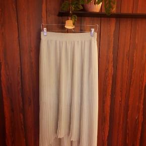 Kan afhentes på Frederiksberg eller sendes (køber betaler porto) 😊  Lysegrøn nederdel fra zara.  Nogle tråde er gået (synes ikke det er tydeligt). Sælges derfor billigt 😊