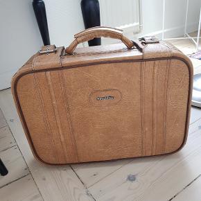 Lille kuffert i retro-stil. Den er i fin stand og let at bære. Fra ikke-ryger-hjem.  Kan sendes på købers regning.