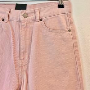 Privatbeskeder og kommentarer besvares ikke. Prisen er fast.  Flotte, lyserøde jeans fra Dr. Denim stadig med tag. De er en str. 26 x 32 og måler 103 cm i længden. De er regular fit og højtaljede.