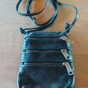 Lille crossover taske til de småting man har med...brugt men pæn og ingen huller osv  Mål: 15x12