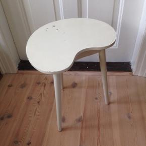 Lille palletbord i pæn stand, med brugsspor. H 43 cm. 39 x 28 cm.