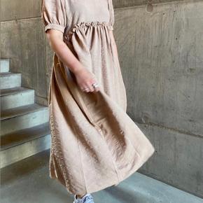 Smukkeste kjole fra Pieces. Kun prøvet på, men klæder mig desværre ikke. Med tag☺️