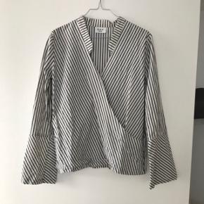 Super lækker og elegant skjorte fra DAY Birger et Mikkelsen. Str. 38. Har en elegant glimmerdetalje. Bud er velkomne. Hvis den skal sendes betaler køber fragt.