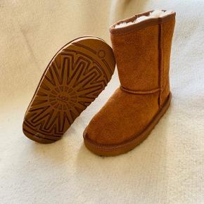 Lækreste kvalitets bamsestøvler fra UGG.  HELT NYE - ALDRIG BRUGT ELLER PRØVET  Lækker ruskind vinterstøvler med det blødeste varme foer i uld.  Nypris 1100,-  Kan købes i butikkerne nu.