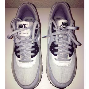 Nike air max sneakers Købt i The Athletes foot i 2018 Nypris 1100kr OBS str 36,5  Bytter ikke!   Afhentes el sendes mod betaling af Porto