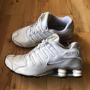 Max fede Nike Shox i hvid og sølv. Brugt et par gange indendørs til træning. Måler 24cm indvendigt. Der er kommet et par små ridser på indersiden af hælen ikke noget man ser når de er på.  Husk fri fragt hele februar 😃