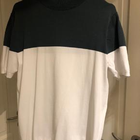 Lækker t shirt fra Topshop i flaskegrøn og hvid. Meget pæn stand.