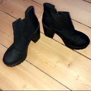 H&M sorte højhælede støvler, til salg billigt.  Str 38, brugt en gang.