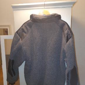 Har denne lækker trøje som sagtens kan bruges til vinter da den er varm der er meget lidt fnuller på men ellers pæn i stand St xl og fejler ingenting  Se billeder