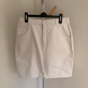 Hvid denimnederdel med slids   Der står ikke størrelse i, men den passer en m/l