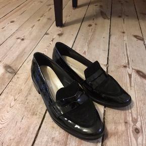 Karen Millen sko i sort med ruskind i str. 39. Brugt nogle gange men er ellers i rigtig fin stand. Original pris 900kr. Skriv endelig for mere info og byd gerne :)