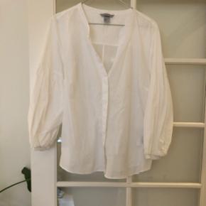 Smuk hvid skjorte figursyet med 3/4 ballonærmer.