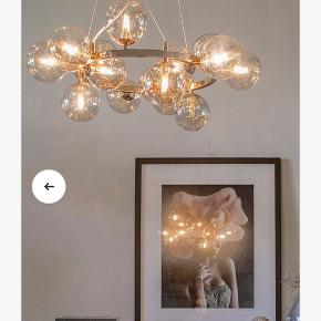 Smuk Splendor loftslampe fra mærket By Rydéns. Købt på Ellos. Aldrig hængt op eller brugt og stadig i original æske med kvittering.   Oprindelig købt for 3.900 kr. i marts.  Se billede 4 for mål og produktbeskrivelse.  Kan afhentes på Frederiksberg