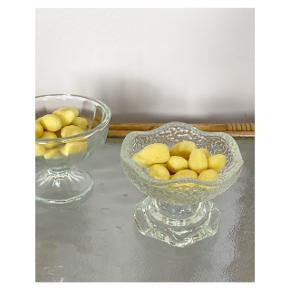 Fine glasskåle - den ene med to funktioner 🍬 ⠀ Pris pr. stk. 60 kr ⠀ Mål for begge: H 8 cm Ø 10 cm (bredest)