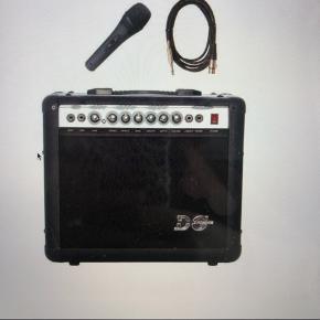 Brugt få gange.  Nypris var 800 kr. Medfølger både mikrofon og ledning.  BYD.  Forstærker sælges med mikrofon