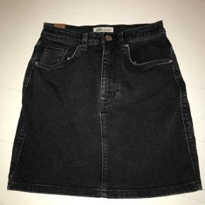 Sælger denne højtaljede denim nederdel i mørkegrå. Brugt to gange, og er i meget pæn stand.