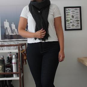 Basic halstørklæde fra Ro - fremstår lidt fnulret.  Sælger billigt, da alt skal væk - BYD endelig.