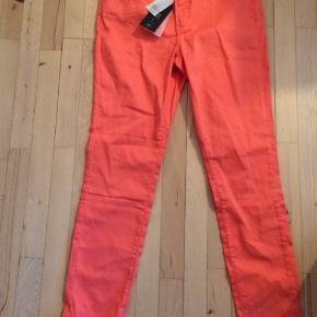 Helt nye bukser fra Noa Noa med stretch, stadig med prismærke. Har dem i str. 28, 29, 30 & 31 og 34 - nypris 699,-