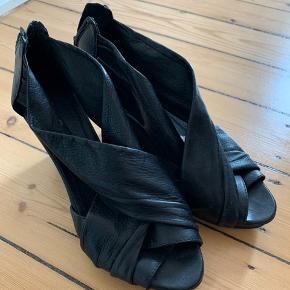 Smukke Gardenia wedge hæle i sort læder. Kan afhentes i Sydhavnen.