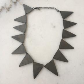 Halskæde i sølv (ikke ægte sølv). Købt i udlandet.