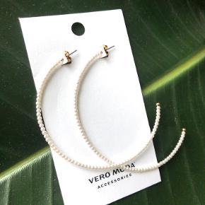 """Vero Moda """"Perle hænge øreringe"""" (sættet er ubrugt og sælges i orginal indpakning) ✨  Byd gerne kan enten sendes på købers regning eller afhentes i Aarhus C 📮✉️"""