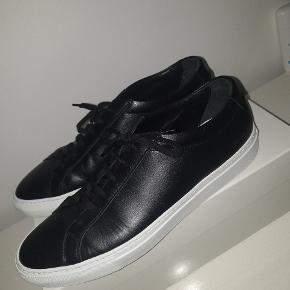 Prøvet på 1 gang, så sålen er ikke helt ren. En god størrelse 44. Det er en virkelig lækker sko, men jeg kan desværre ikke selv passe dem og det er derfor jeg sælger.  Alt OG medfølger udover kvitteringen